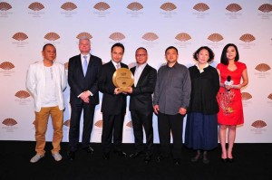 From left to right: Mr. Pan Wei – Artist ;  Mr. Andrew Hirst – Operations Director, Asia Pacific of Mandarin Oriental Hotel Group ; Mr. Pierre Barthes – General Manager of Mandarin Oriental Pudong, Shanghai ; Professor Li Xiao Feng – Art Critic ; Mr. Miao Tong – Artist ; Ms. Kang Qing – Artist ; Ms. Chen Chen – Renowned TV Host
