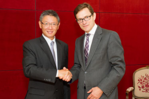 Mr. Clement K.M. Kwok, Managing Director and Chief Executive Officer of HSH (left) and Mr. Peter Vernon, Chief Executive Officer of Grosvenor Britain and Ireland (right).