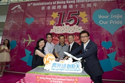 Stanley Hui Hon-chung, Chief Executive Officer, AA, invites all passengers and dancers to join the cake-cutting ceremony after the Mob Dance performance.