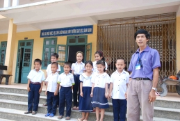 Deputy principal Nguyen Van Thuy with students at Binh An primary school.