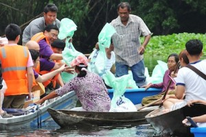 TG182-THAI Donates Humanitarian Supplies to Flood Victims in Ayutthaya Province