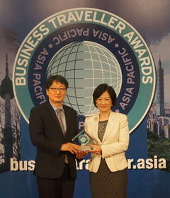 Incheon International Airport's AIRSTAR Avenue was chosen as the 'World's Best Duty Free Shop' at 'Business Traveller Asia-Pacific Awards 2013' in Hong Kong on Sep. 27, 2013. Award presenter Regina Ip Lau Suk Yee, member of the Legislative Council Hong Kong(Right) and Changkyu Kim, Director of Incheon Airport Retail Marketing Team at the Award ceremony