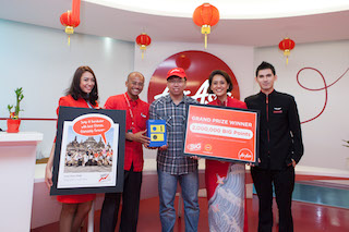 Grand Prize winner Loo Hun Kok (middle) with AirAsia Bhd CEO Aireen Omar (2nd from right) and AirAsia X CEO Azran Osman-Rani (2nd from left)