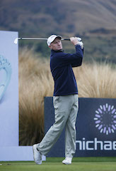 Richard Lee played superbly in the cold to claim the lead on day two of the New Zealand Open in Queenstown.