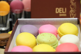 PressReleasePicture - TROPICAL FRUIT & MACAROONS AT DELI SWISS