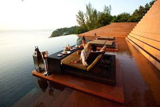 Infinity pool with al fresco dining