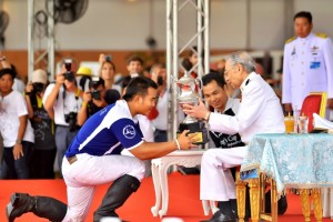 King Power receives trophy from H E  Admiral Mom Luang Usni Pramoj low res