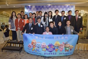 Photo7_Ms. Poman Lo takes a group picture with the Outstanding Persons of Hong Kong
