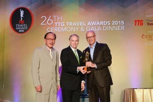 Best-Global-Hotel-Chain---AccorHotels (Michael Chow, Publisher of TTG and Mario Hardy PATA present the award to Patrick Basset
