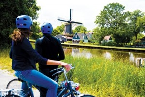 Avalon Active Discovery - bike ride couple