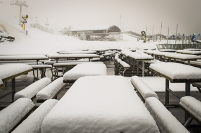 Snow_blankets_picnic_tables_on_the_deck_Coronet_Peak_23_May