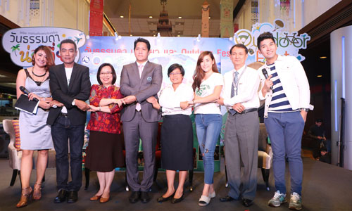 Local authorities and partners from the private and public agencies including the Tourism Authority of Thailand (TAT) form a sample chain of people holding hands at the press conference held recently at the TAT Headquarters.