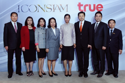 01 Mrs. Kobkarn Wattanavrangkul, Minister of Tourism and Sports presided over the partnership between ICONSIAM and True