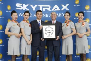 Edward Plaisted, president of SKYTRAX, a leading research firm with a focus on airline and airport services, presents the Five-Star Airline award to Hainan Airlines president Xie Haoming (PRNewsFoto/Hainan Airlines Co., LTD)