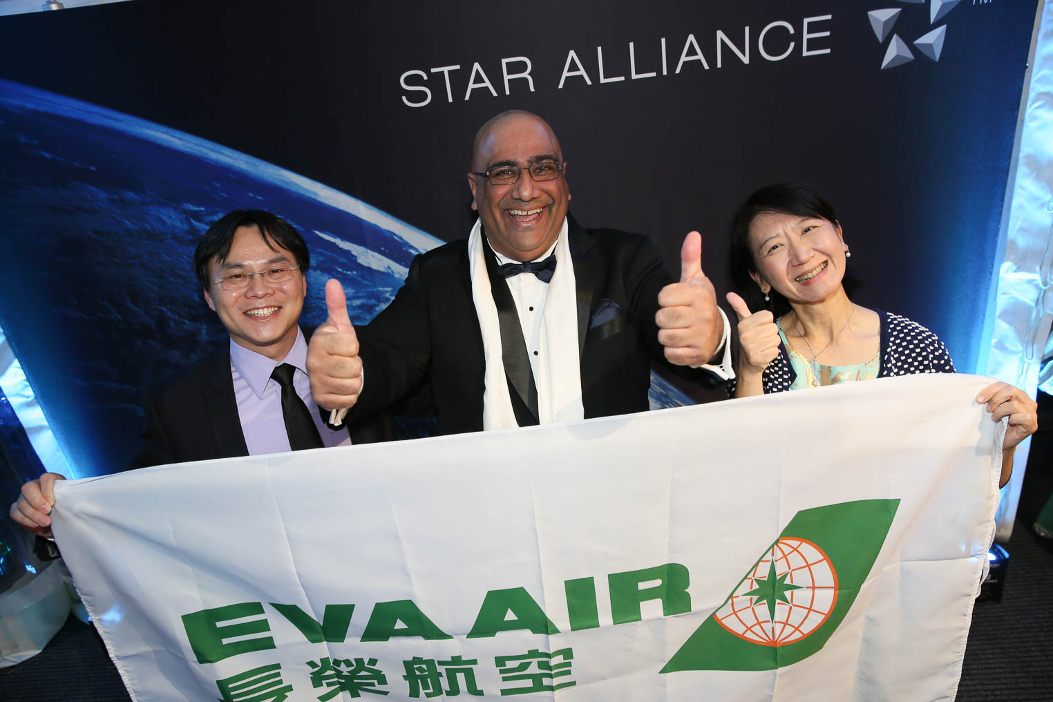 Star Alliance Scratch and Win_3_Phoenix Liu (EVA)_Walter Nand (Avalon Waterways)_Teresa Yang (EVA)