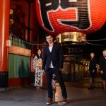 Orlando Bloom, posing in front of iconic Kaminarimon with British Airways Ambassadors. CC Mark Oxley.