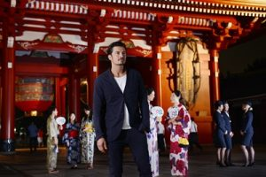 Orlando Bloom, takes in the atmosphere with British Airways ambassadors at Hozomon, inside Tokyo's Senso-Ji temple. CC Mark Oxley.
