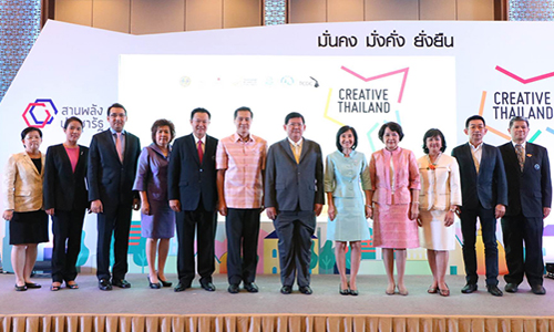 "Mr. Suvit Maesincee, Deputy Minister of Commerce (7th from left), and Mr. Yuthasak Supasorn, TAT Governor (5th from left), as well as representatives from the public and private sectors at the press conference to launch the ""Creative Thailand 2016"" fair"
