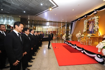 tg118_thai-staff-pay-respect-to-late-king-1
