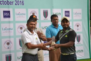 mohd-rasel-receives-the-winners-trophy